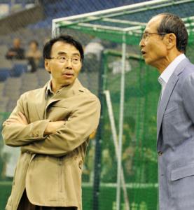 Shinji Mizushima conversing with the owner of the Softbank Hawks in 2012